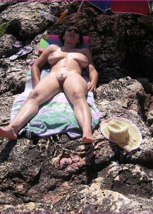 Секси куколка Марианна позирует для нас голой на пляже - фото 4