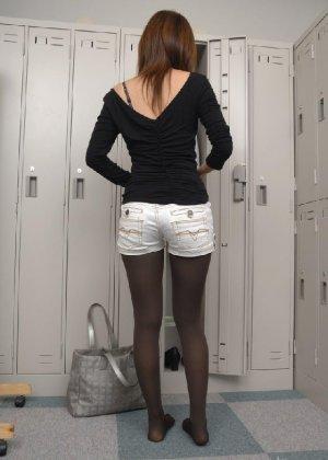 Рыженькая азиатка переодевается в более строгую одежду - фото 4