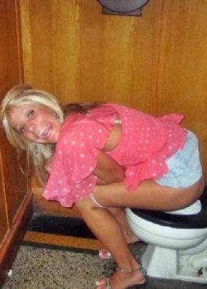 Девчонок подстерегли в туалете, сфотографировали и выложили в сеть - фото 31