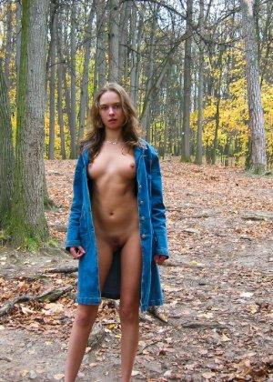 Русская девчонка Оля не стесняется голых фоток на улице - фото 42