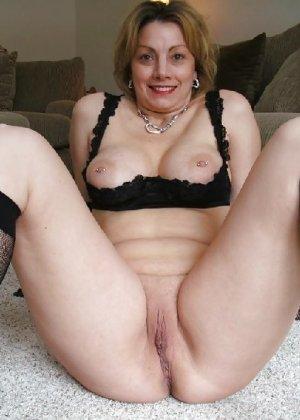 Зрелая женщина выставляет на показ свои прелести в эротическом белье - фото 58