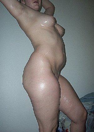 Домашние извращенки обмазались маслом и фотографируются на кровати - фото 35