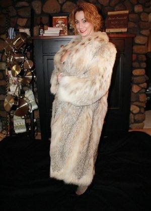 Зрелая женщина выставляет на показ свои прелести в эротическом белье - фото 40