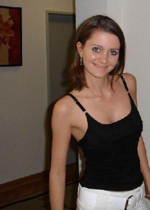 Частные фотки худенькой брюнетки, которые попали в интернет - фото 4