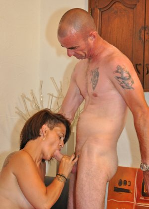 Зрелая пара занимается оральным сексом в своем доме - фото 18
