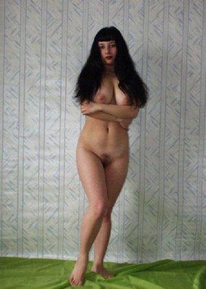 Фигуристая брюнетка с большой грудью позирует у себя дома - фото 3