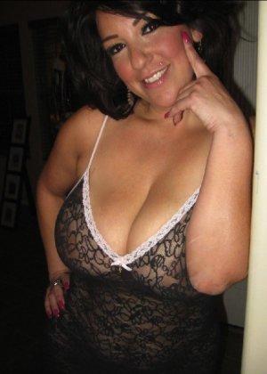 Очень горячая милфа с большой грудью позирует в квартире для всех - фото 16