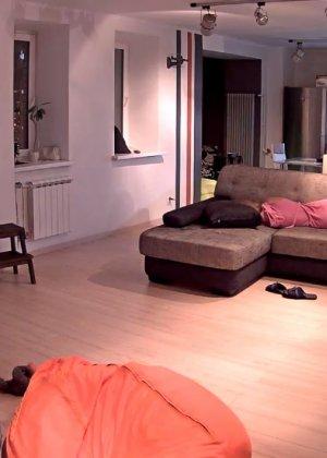 Спрятанная камера постоянно снимает дом и находящихся в нем парней и девушек - фото 32