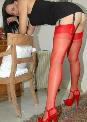 Секси шлюшка позирует в красных чулках перед фотокамерой - фото 4