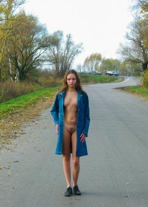 Русская девчонка Оля не стесняется голых фоток на улице - фото 1