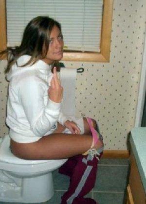 Девчонок подстерегли в туалете, сфотографировали и выложили в сеть - фото 59
