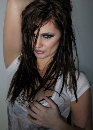 Эротичная Лили Картер в мокрой майке - фото 4