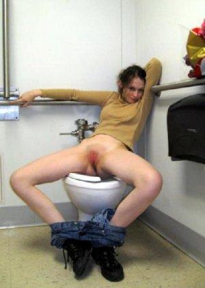 Девчонок подстерегли в туалете, сфотографировали и выложили в сеть - фото 47