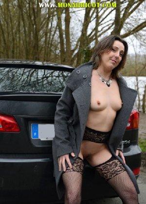 Зрелая дама в чулках вылазит и з автомобиля и показывает сиськи - фото 5