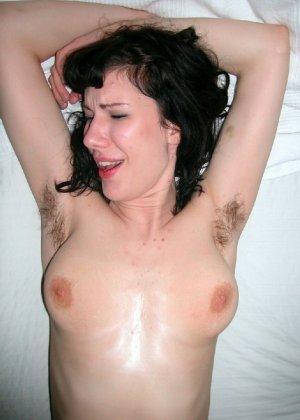 Натуралка с волосатыми подмышками отдыхает на кровати и показывает язык - фото 3- фото 3- фото 3