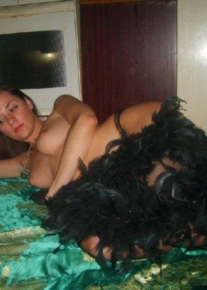 Молоденькая устроила домашней фотосет в стиле дорогой шлюшки - фото 28