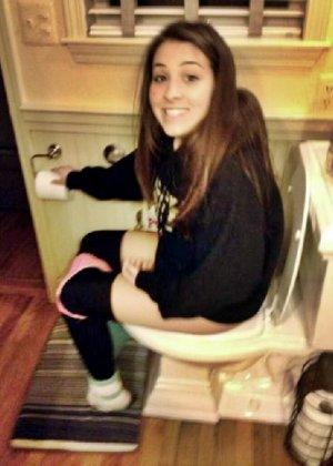 Девчонок подстерегли в туалете, сфотографировали и выложили в сеть - фото 43
