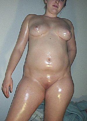 Домашние извращенки обмазались маслом и фотографируются на кровати - фото 36