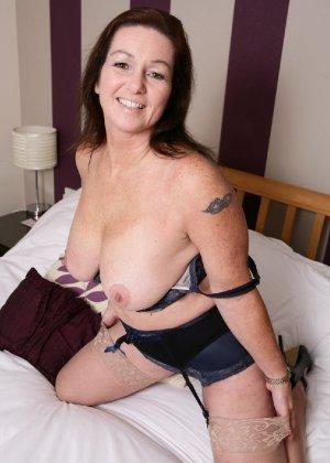Зрелая британская женщина на все готова в постели - фото 5