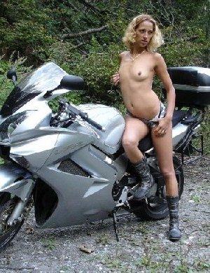 Девка фоткается голой на мотоцикле среди зелени - фото 5