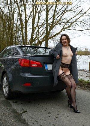 Зрелая дама в чулках вылазит и з автомобиля и показывает сиськи - фото 3