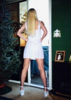Блонда осталась одна дома и засветила свою киску в камеру - фото 13