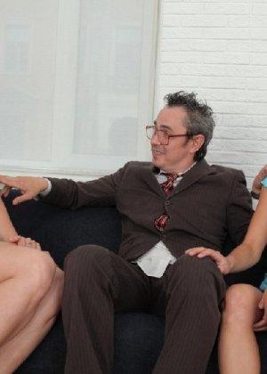 Преподавая, профессор анально и вагинально наказал двух студенток - фото 3