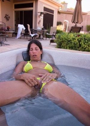 Женщина с большим клитором и в желтом купальнике расслабляется в ванной - фото 25