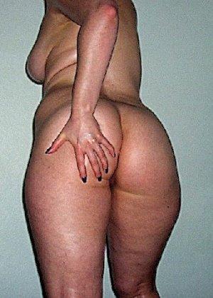 Домашние извращенки обмазались маслом и фотографируются на кровати - фото 18