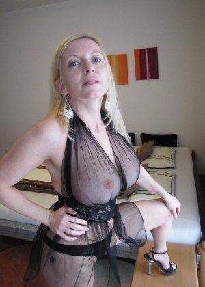 Роскошные женщины в деловых костюмах стоят в неприличных позах - фото 48