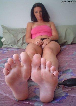 Деваха демонстрирует свои нежные ножки крупным планом - фото 7