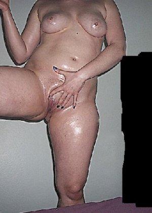 Домашние извращенки обмазались маслом и фотографируются на кровати - фото 25
