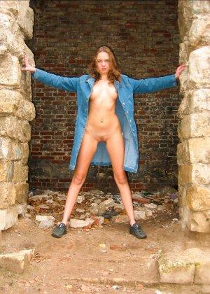 Русская девчонка Оля не стесняется голых фоток на улице - фото 35