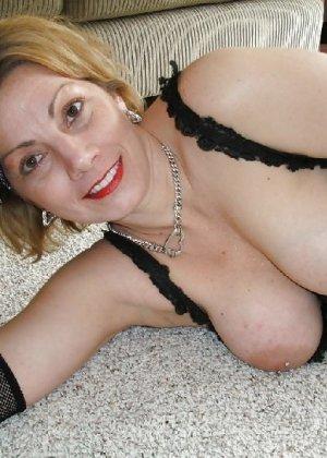 Зрелая женщина выставляет на показ свои прелести в эротическом белье - фото 60