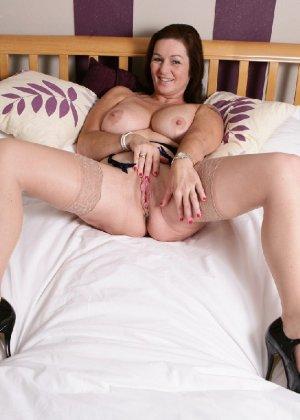 Зрелая британская женщина на все готова в постели - фото 14