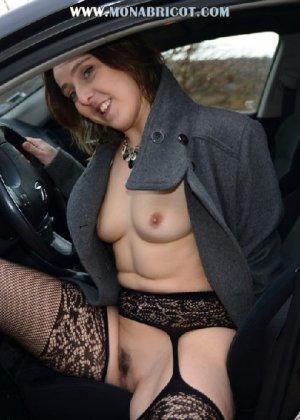 Зрелая дама в чулках вылазит и з автомобиля и показывает сиськи - фото 6