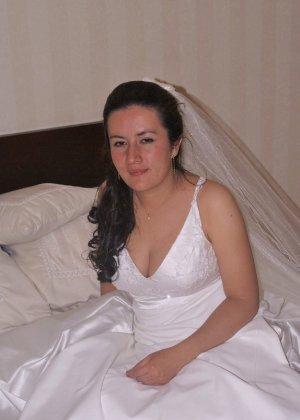 Невеста наконец-то сняла свое платье в спальни, под ним она была голая - фото 1