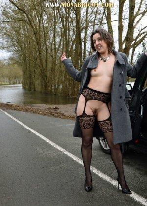 Зрелая дама в чулках вылазит и з автомобиля и показывает сиськи - фото 1