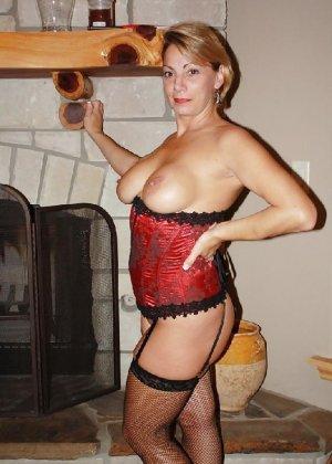 Зрелая женщина выставляет на показ свои прелести в эротическом белье - фото 14