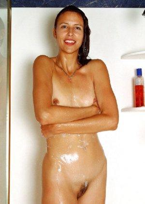 Стройная и зрелая женщина Александра купается в душе - фото 29
