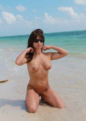 Горячая модель в зрелом возрасте позирует на пляже - фото 17