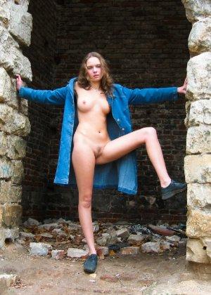 Русская девчонка Оля не стесняется голых фоток на улице - фото 34