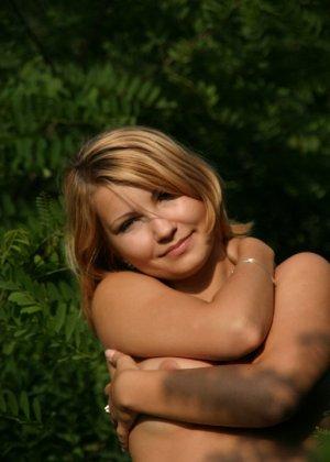 Девушка снимается раздетой в лесу, а потом дома отсасывает фотографу - фото 10