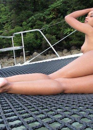 Худая негритянка в бикини на яхте - фото 15