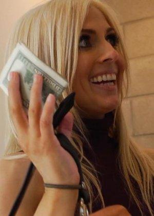 Трахнул стройную блондинку за деньги - фото 16