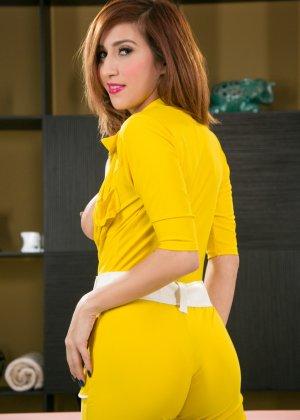 Эприл ОНейл снимает с себя желтый костюм и остается совсем голой, показывая мохнатую пизденку - фото 4