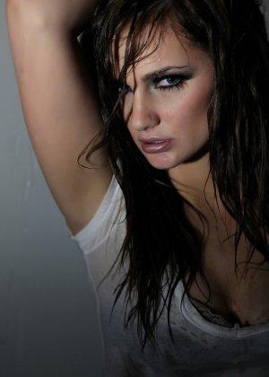 Эротичная Лили Картер в мокрой майке - фото 10