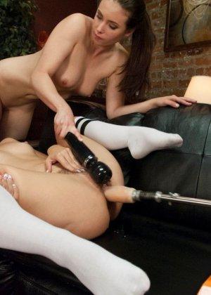 Лесбийские развлечения с секс машинами - фото 4