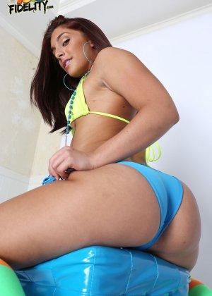Голая с большой попкой в бикини - фото 6