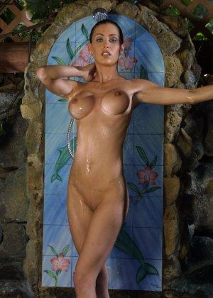 Джессика принимает публичный душ - фото 10